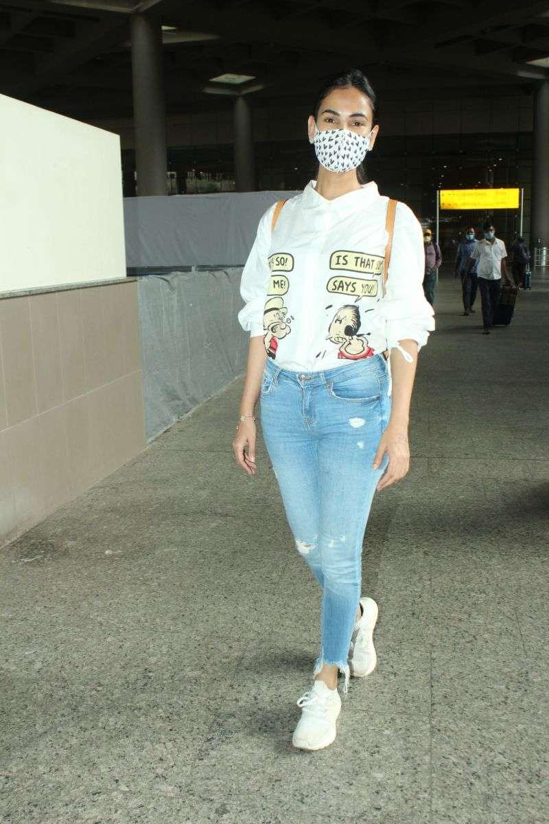 Sonal Chauhan Photos at airport HD