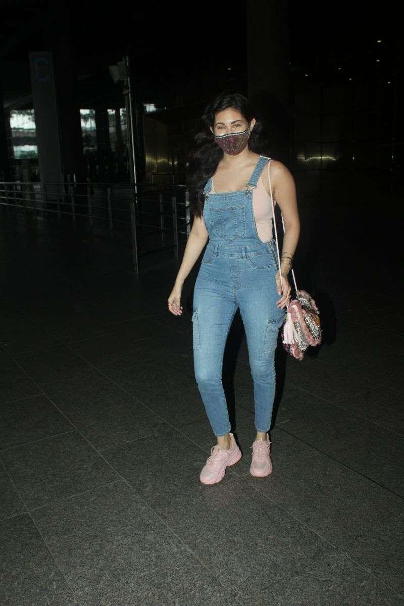 Amyra Dastur Hot Images At airport HD
