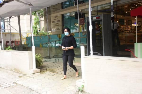 Ayesha Shroff Spotted At Food Hall Khar HD Photos