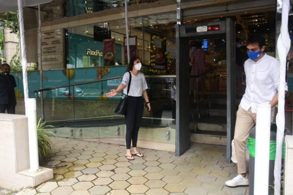 Sharmin Segal Spotted At Food Hall Khar HD Photos