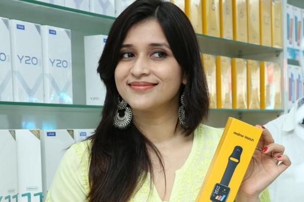 Bollywood Actress Mannara Chopra inaugurated 55th Cellbay Multi Brand Mobile Store