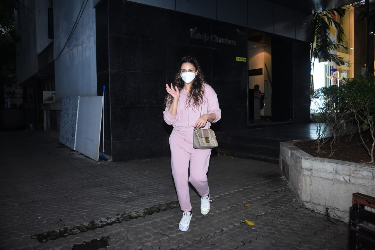 Huma Qureshi Spotted At Bandra HD Photos