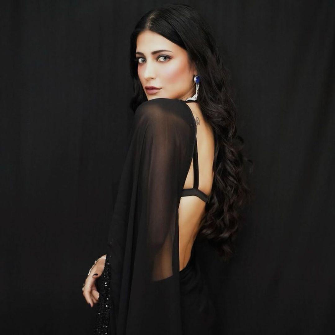 Shruti Haasan Hot and Sexy Photos In Black Saree
