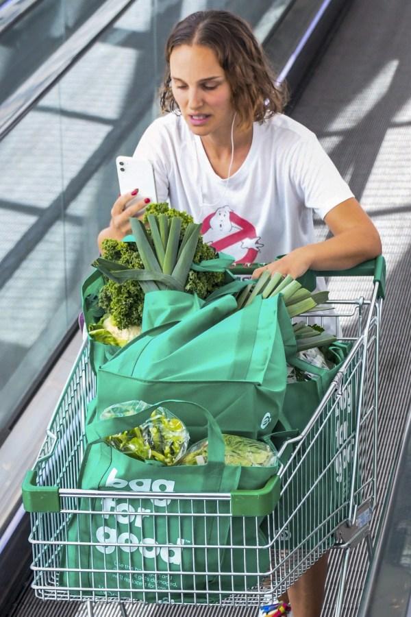 Natalie Portman Stocks up some vegetables at a Sydney Woolworths in Sydney