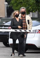 Goldie Hawn And husband Kurt Russell mask up as they go out for a seafood 23