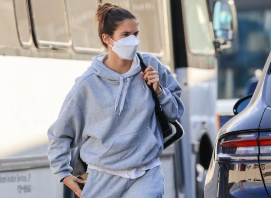 Sara Sampaio Catches a flight out of LAX international airport