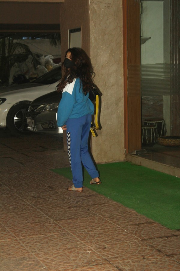 Janhvi Kapoor Snapped At Rajkumar Santoshi House Juhu HD Photos