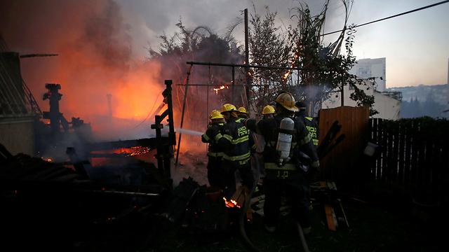 قوات الإطفاء فى إسرائيل تحاول إخماد الحرائق