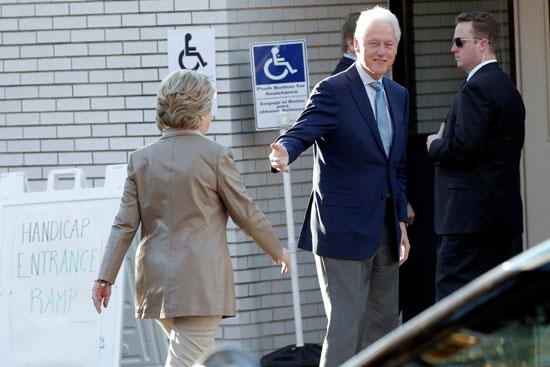 كلينتون ينتظر هيلارى قبل الإدلاء بصوتيهما