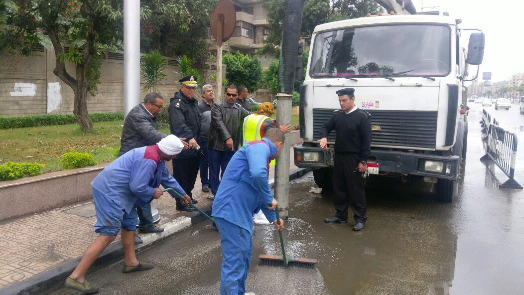 عمليات شفط المياه من الشارع