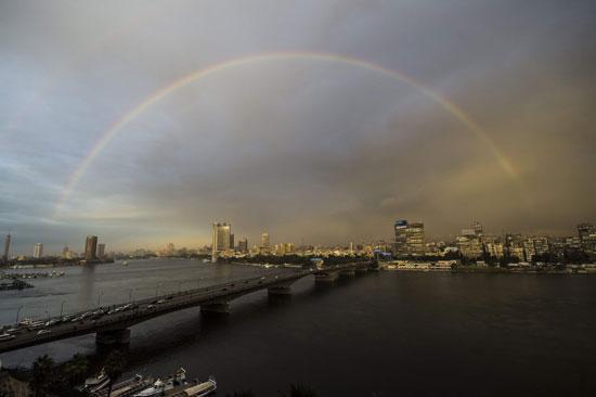 قوس قزح يزين سماء القاهرة بعد أمطار خفيفة على البلاد