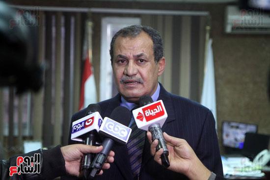 رئيس حى المقطم يتبرع لصندوق تحيا مصر (1)
