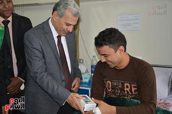 جابر نصار يزور المصابين بمستشفى المعادى العسكرى (4)