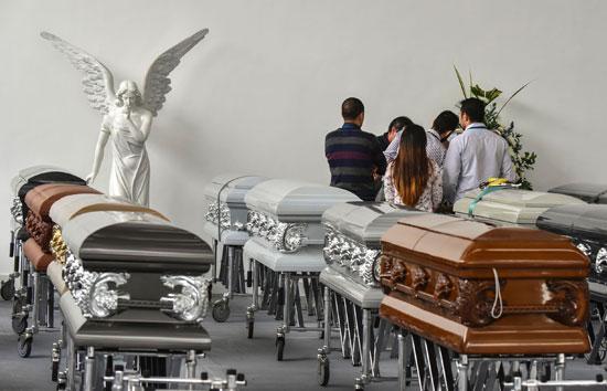 توابيت جثامين لاعبى شابيكوينسى يتم تجهيزها فى مشرحة بكولومبيا