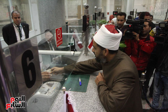 رئيس حى المقطم يتبرع لصندوق تحيا مصر (11)