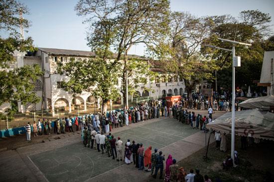 الناخبون يدلون بأصواتهم فى أول تحد حقيقى لزعيم جامبيا