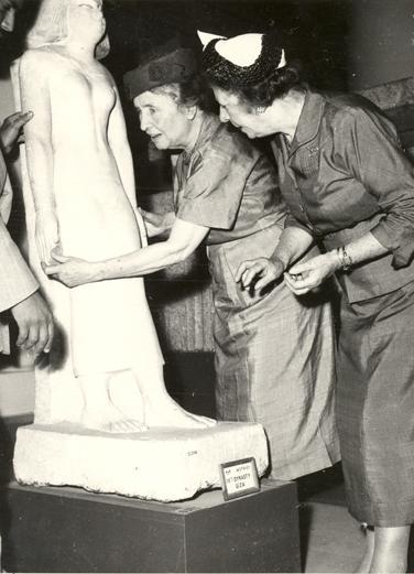 هيلين تتحسس التماثيل