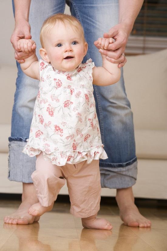148273 المشى عند الاطفال - لو الطفل بيمشى قبل ما يسنن.. اعرفى السبب وعالجيه