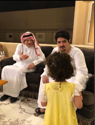 لقطة أبوية حانية الأمير عبد العزيز بن فهد مع ابنتيه فى