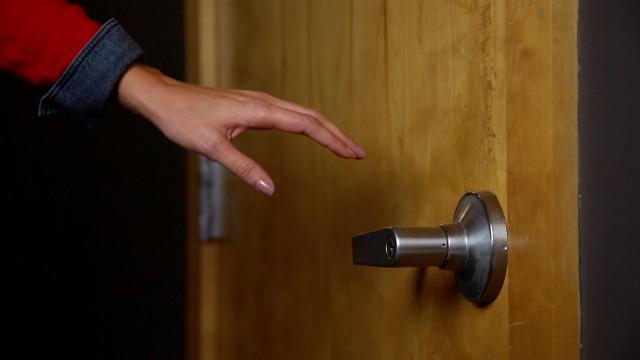 الكهرباء عند ملامسة الباب