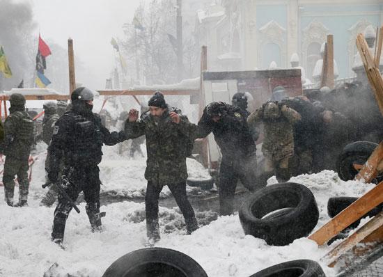 استسلام المعتصمين فى أوكرانيا للشرطة