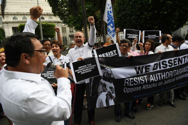 احتجاجات فى الفلبين ضد قرار عزل رئيس المحكمة العليا