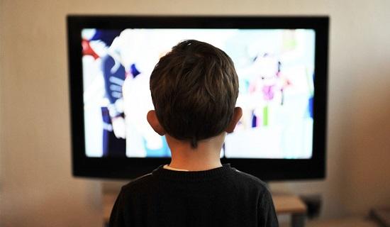 طفل يشاهد التلفزيون