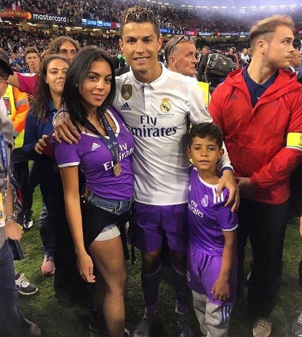 رونالدو وصديقته