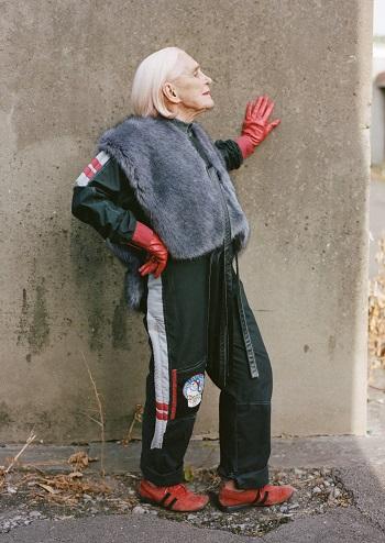 امرأة تخطت الثمانين تعرض مجموعة الأزياء للخريف والشتاء (2)