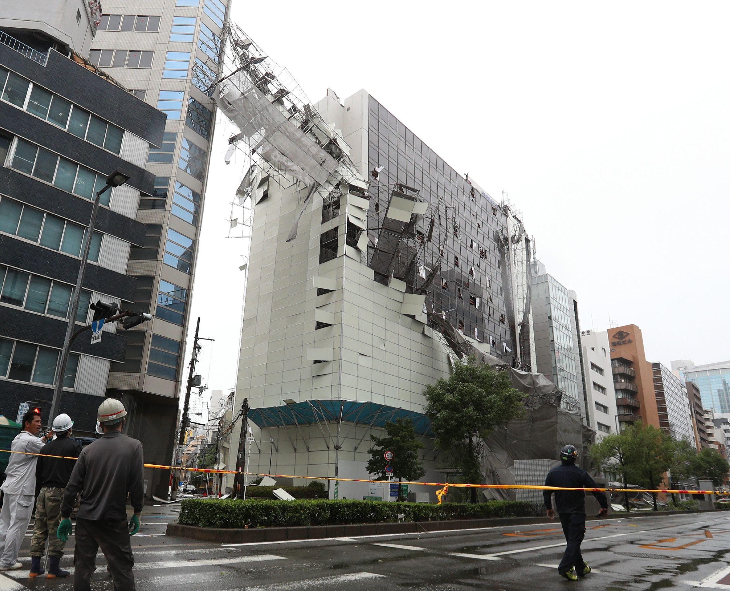 تضرر المنازل بسبب الإعصار