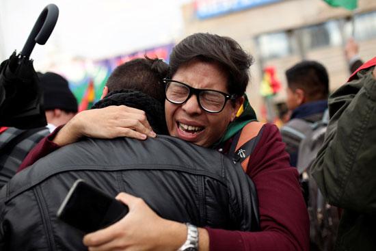 شاب يبكى فرحا باستقالة موراليس