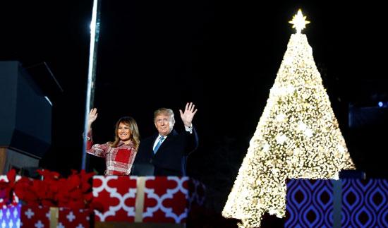ترامب وميلانيا يلوحان للحضور