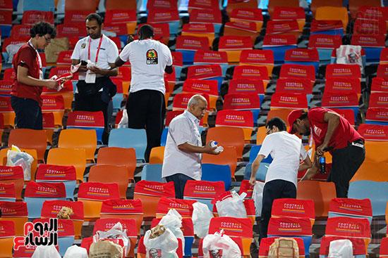 الجمهور يقوم بتنظيف المدرجات بعد الفوز على الكونغو (3)