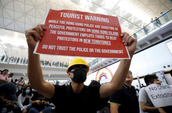 احتجاجات داخل مطار هونج كونج ضد قانون تسليم المتهين (4)