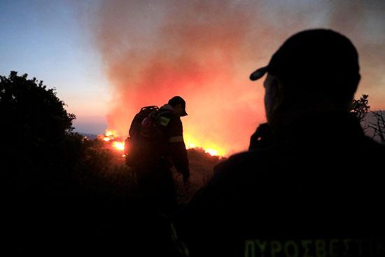 رجال الإطفاء يباشرون عملهم
