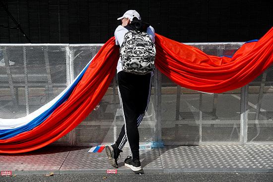 شاب روسى يحتضن علم بلاده