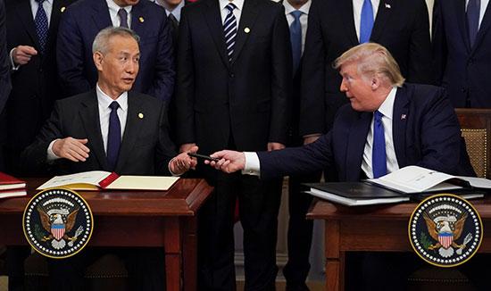 ترامب يهدى نائب رئيس مجلس الدولة الصينى هدية بعد التوقيع على الاتفاقية