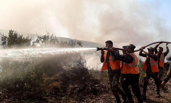 رجال الاطفاء تكافح النيران