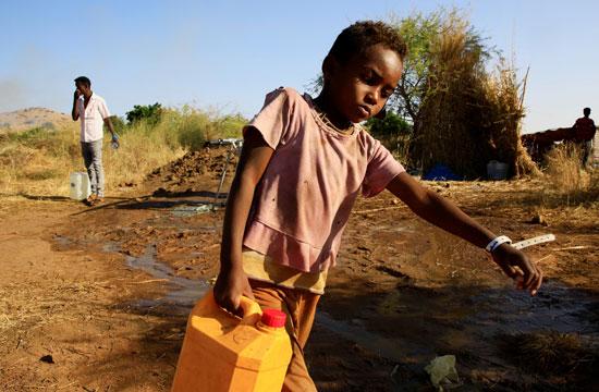 طفل يحمل المياه