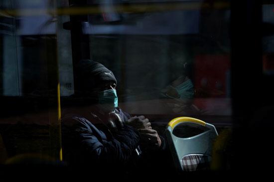 رجل صينى يركب حافلة