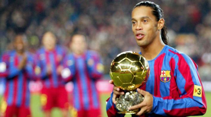 رونالدينيو مع الكرة الذهبية 2005