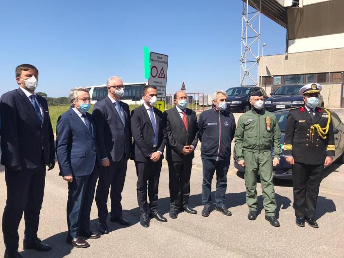 طائرتان عسكريتان تحملان مستلزمات طبية ومساعدات لإيطاليا (3)