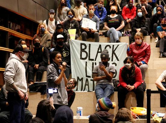عدد من المتظاهرين الأمريكيين