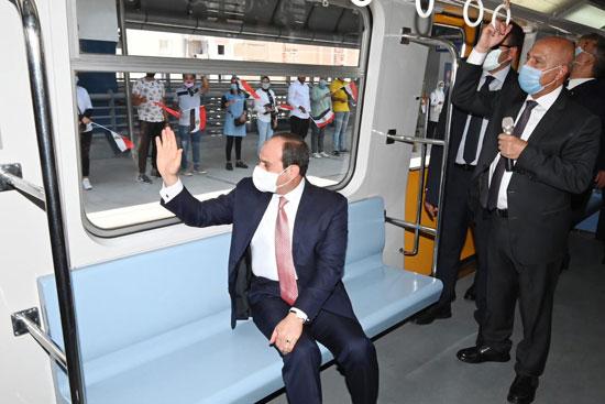 الرئيس عبد الفتاح السيسي داخل محطة مترو عدلى منصور  (8)