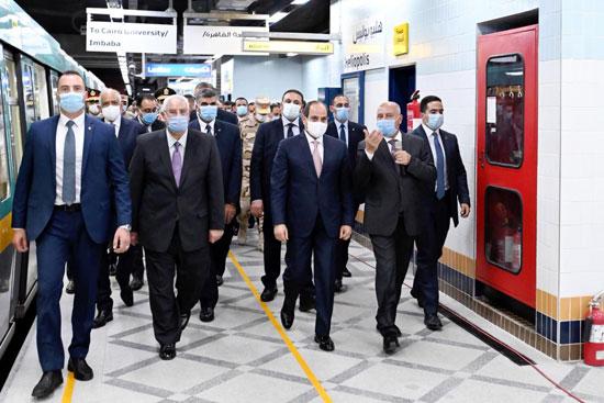 الرئيس عبد الفتاح السيسي داخل محطة مترو عدلى منصور  (10)