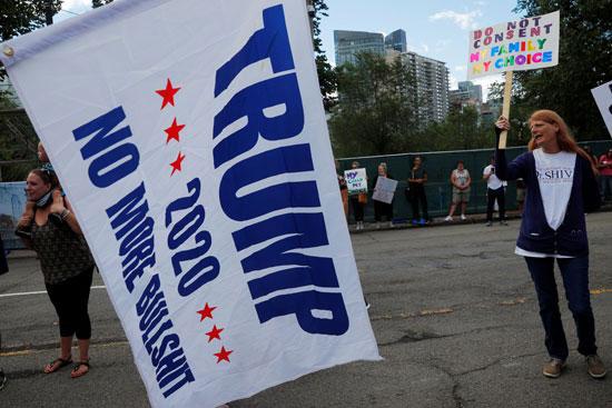 66207-متظاهرون-يحتجون-على-التطعيم-الإلزامي-ضد-الإنفلونزا-للطلاب