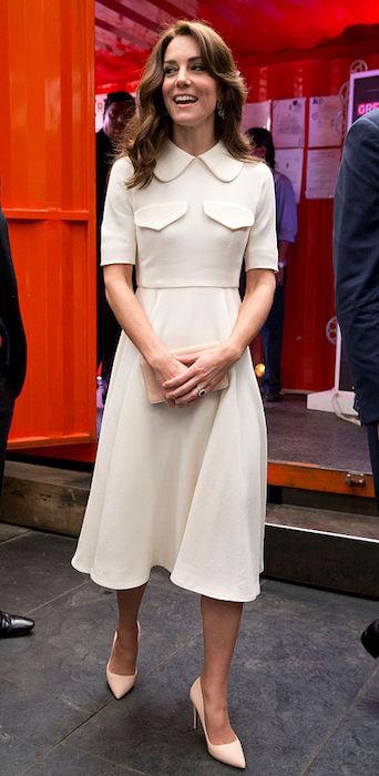 كيت في فستان ميدى