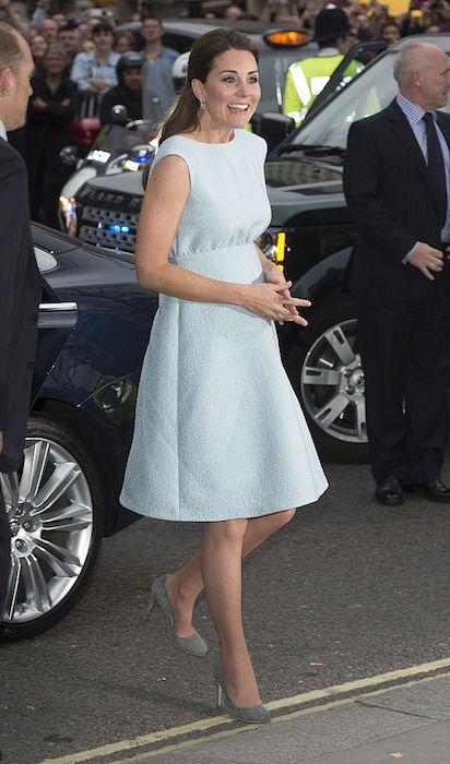 كيت ترتدى فستان مستوحى من الستينيات
