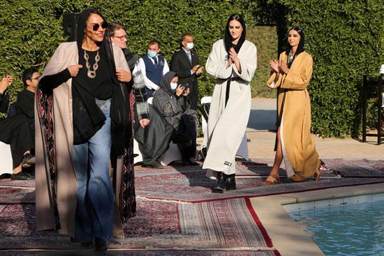 الأميرة السعودية صفية حسين تمشي مع عارضات أزياء سعوديات خلال عرض أزياء لأحدث مجموعاتها من العبايات