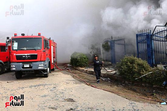 سيارات الاطفاء للسيطرة على الحريق